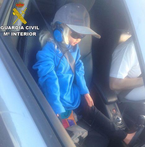 Sorprendido un conductor mientras circulaba con una muñeca de copiloto