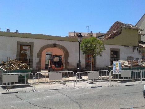 Una calle en remodelación y un edificio por rehabilitar