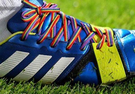 Cordones arcoiris contra la intolerancia y la homofobia en el deporte