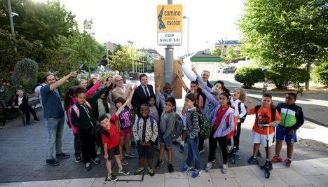 El alcalde prueba con los alumnos del colegio Siglo XXI el Camino Escolar