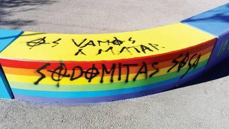 Ataques homófobos en la decoración del IES