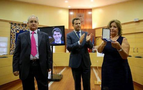 De la Uz entregó la primera Medalla de Honor de Las Rozas a Ignacio Echeverría