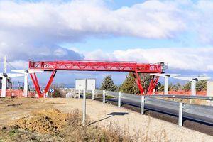 La tercera pasarela sobre la M-513 ya está instalada