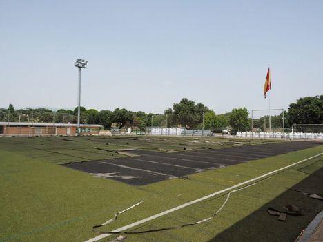 Obras de renovación del césped artificial del campo de fútbol 2 del Complejo Deportivo Ángel Nieto