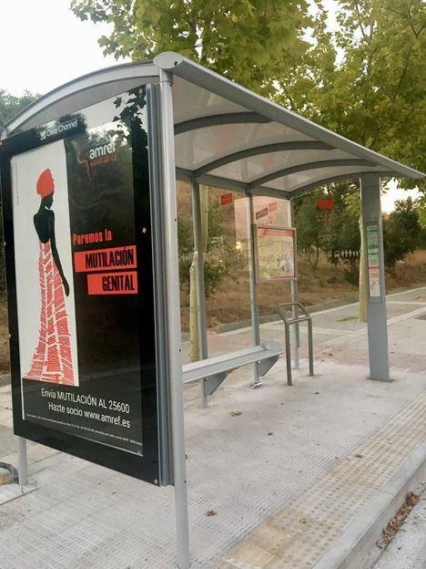 Los vecinos de El Tomillar ya tienen nueva marquesina de autobuses
