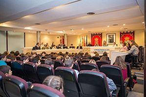 Cien escolares llenan el Salón de Plenos para participar en el Pleno Infantil