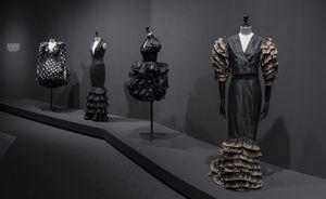 La huella española en la moda, en una exposición de la Sala Canal de Isabel II