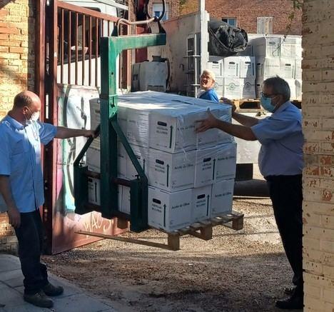 El IMIDRA entrega a Cáritas 3.000 litros de aceite de oliva de su producción