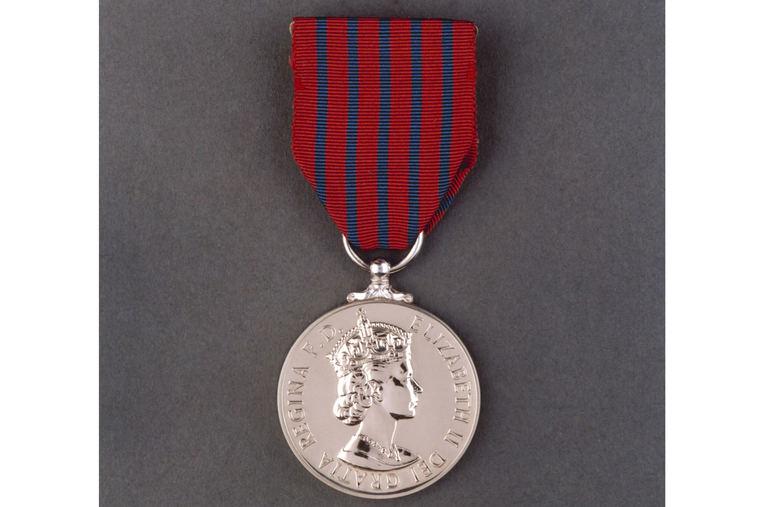 Condecoración de la reina Isabel II de Inglaterra a Ignacio Echeverría