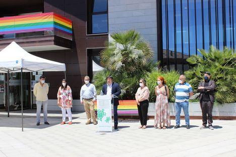 Galapagar celebra el Día del Orgullo LGTBI con banderas y mobiliario conmemorativo