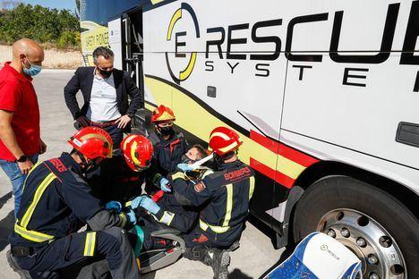 El Cuerpo de Bomberos organiza un simulacro de evacuación de un autobús con el sistema E-Rescue